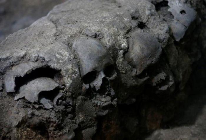 Пирамида из черепов (3 фото)