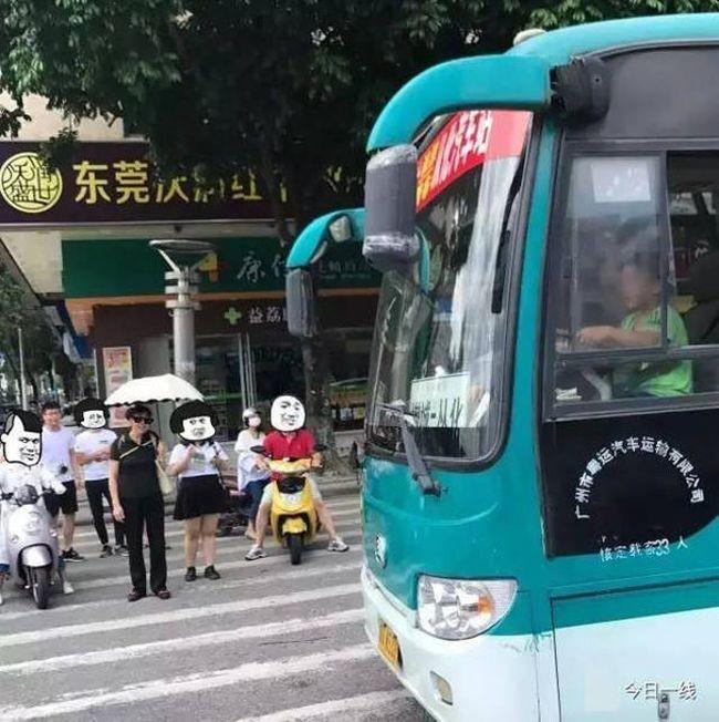 В Китае мальчик угнал автобус, чтобы покататься по городу (2 фото)