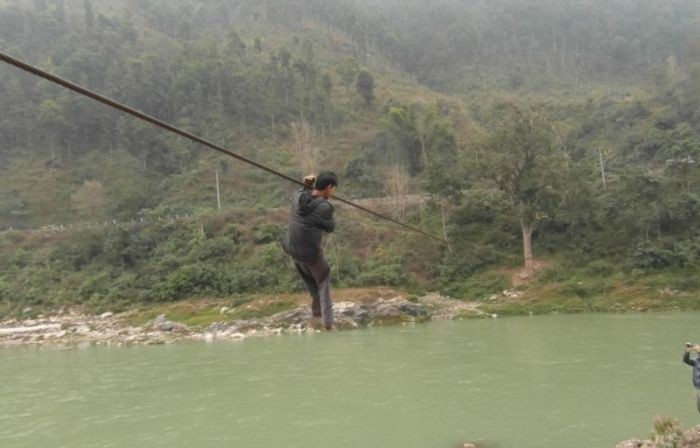 Полоса препятствий для жителей деревни в Непале (8 фото)