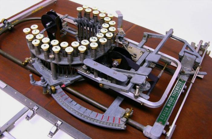 Необычное изобретение: машинка для нот (2 фото)