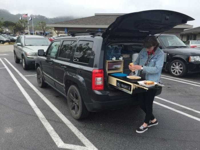 Парень обустроил багажник автомобиля для отдыха на природе (12 фото+видео)
