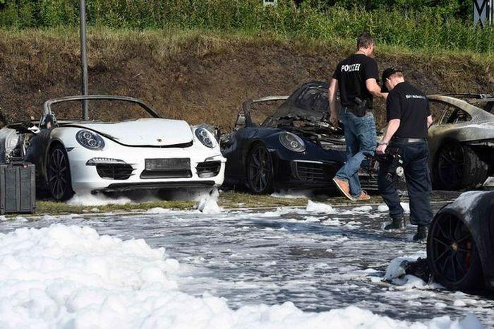 В Гамбурге совершен поджог автомобилей Porsche (5 фото)