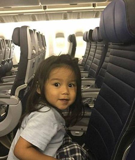 Авиакомпания United Airlines забрала оплаченное место у ребенка (4 фото)