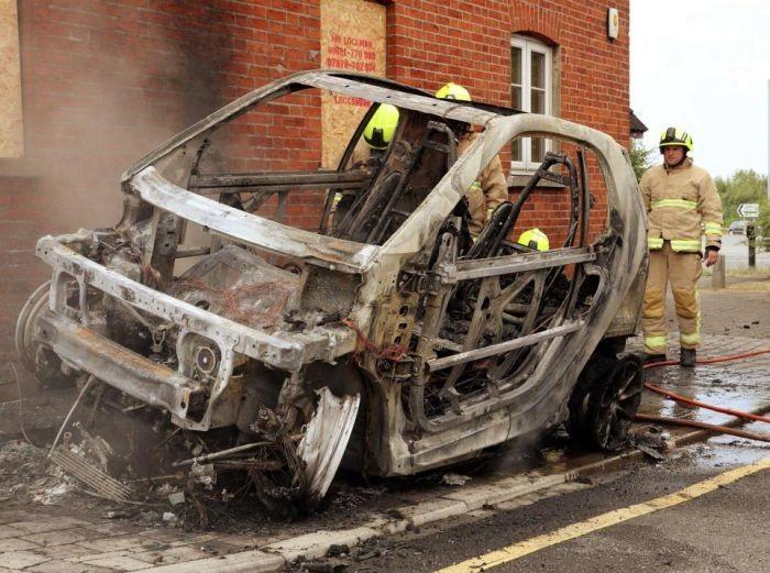 В Великобритании сгорел новый электромобиль (5 фото)