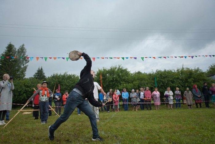 В Пермском крае установлен рекорд дальности метания коровьих лепешек (8 фото)