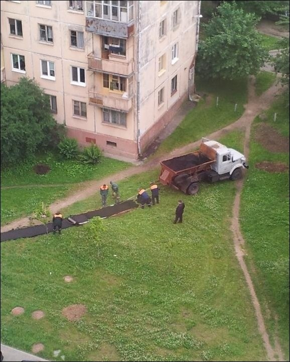 Укладка асфальта на газон (3 фото)