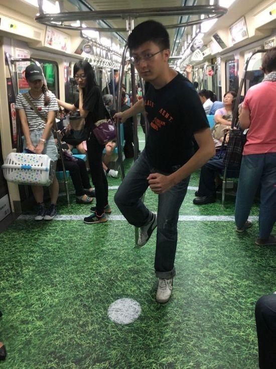 Спортивные вагоны тайваньского метро (10 фото)