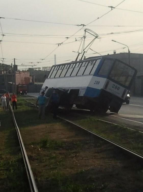 Почти опрокинул трамвай (3 фото)