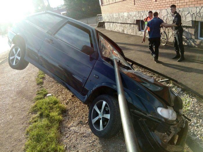 ВАЗ-2113 напоролся на дорожное ограждение (3 фото)