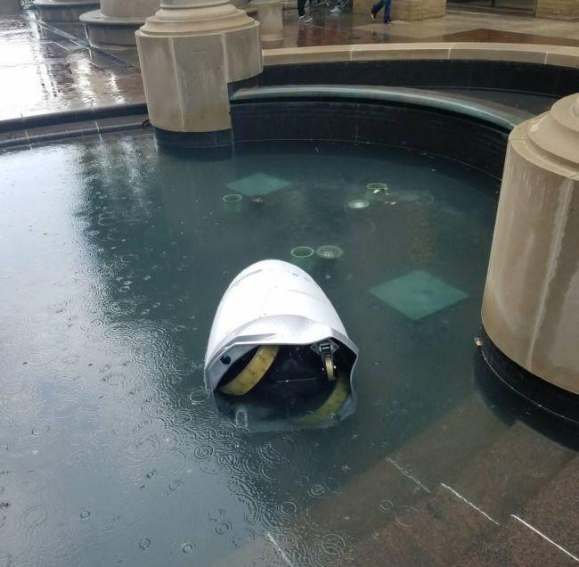 Робот-охранник «утопился» в фонтане торгового центра (4 фото)
