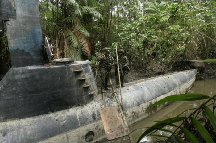 Самодельная подводная лодка наркомафии (6 фото)