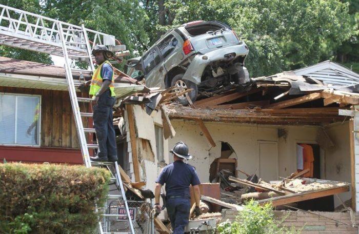 Кроссовер оказался на крыше дома (5 фото)