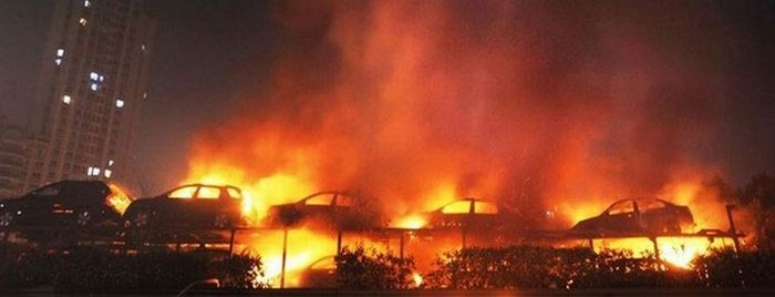 Два десятка новых машин сгорели на тягаче (6 фото)