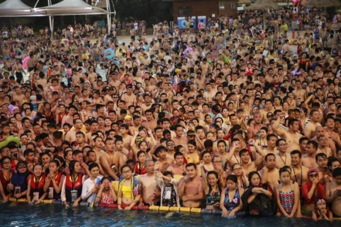"""С приходом в Китай жары бассейны превращаются в консервы """"бычки в томате"""" (11 фото)"""