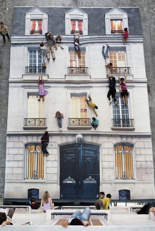 Иллюзия здание в Париже (4 фото)