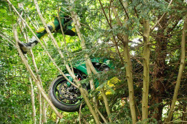 Гонщик потерял равновесие и залетел вместе с мотоциклом на дерево (10 фото)