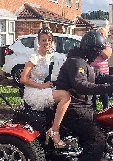 Британка отметила выпускной в компании байкеров и незнакомых ей людей (7 фото)