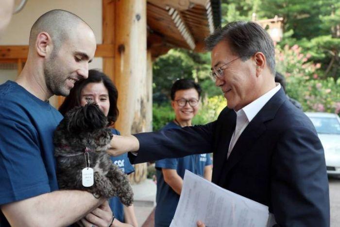 Президент Южной Кореи Мун Чжэ Ин забрал собаку из приюта (5 фото)