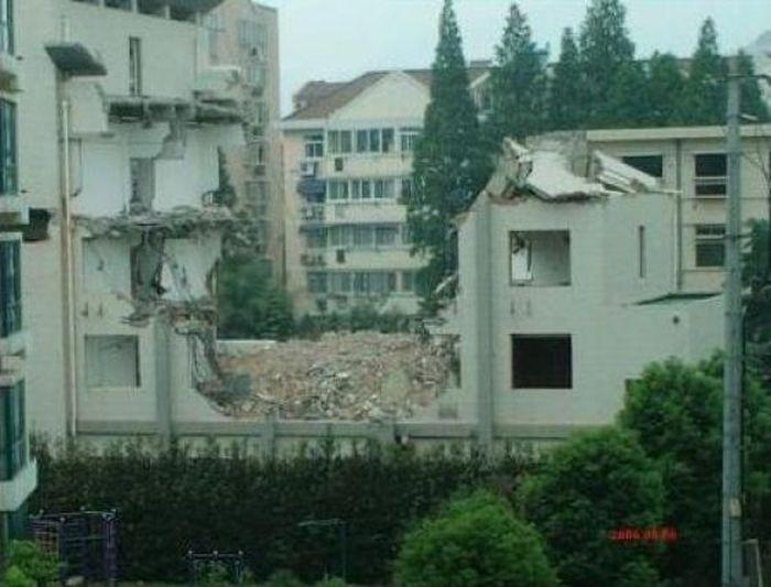 Снос дома по-китайски (9 фото)