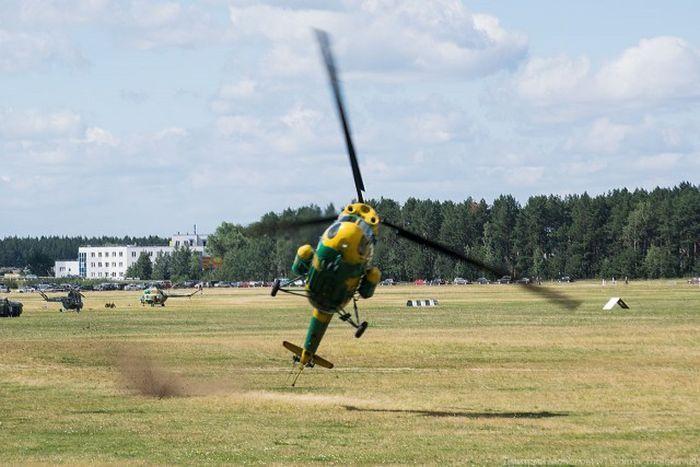 Вертолет задел землю (2 фото)