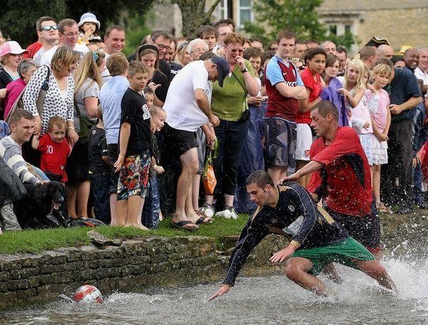 Мокрый футбол в Великобритании (5 фото)