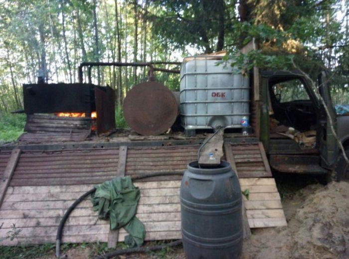 В Белоруссии задержали лесника-самогонщика (4 фото)