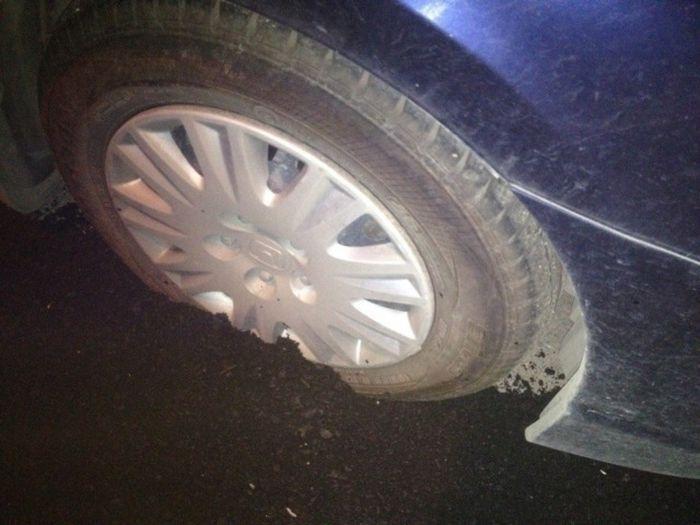 Дорожники заасфальтировали колесо припаркованной машины (2 фото)