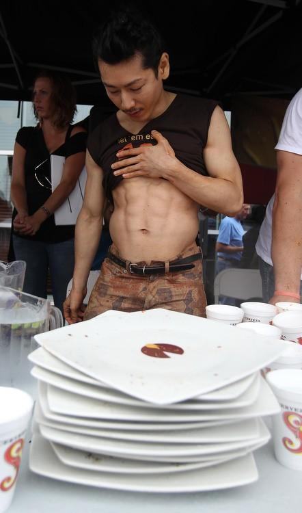 Скоростное поедание пиццы (16 фото)