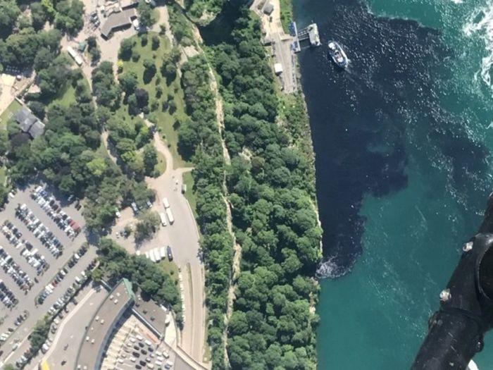 Вода в Ниагарском водопаде приобрела черный цвет (5 фото)