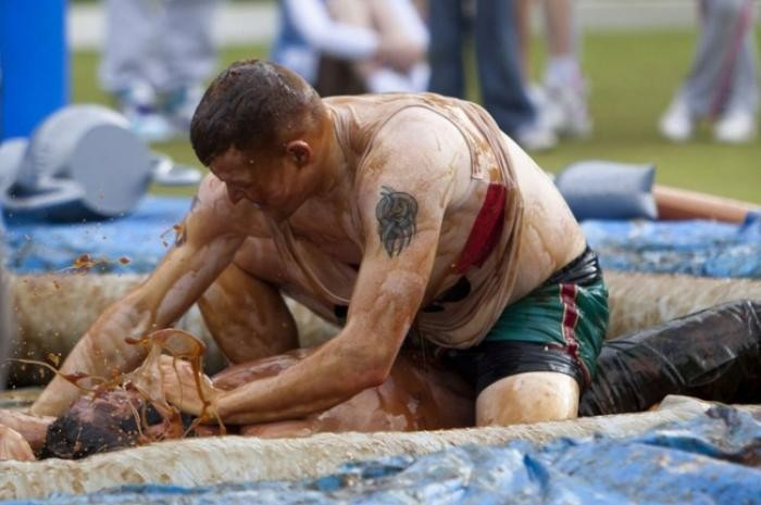 В Англии прошел чемпионат по борьбе в мясной подливе (25 фото)