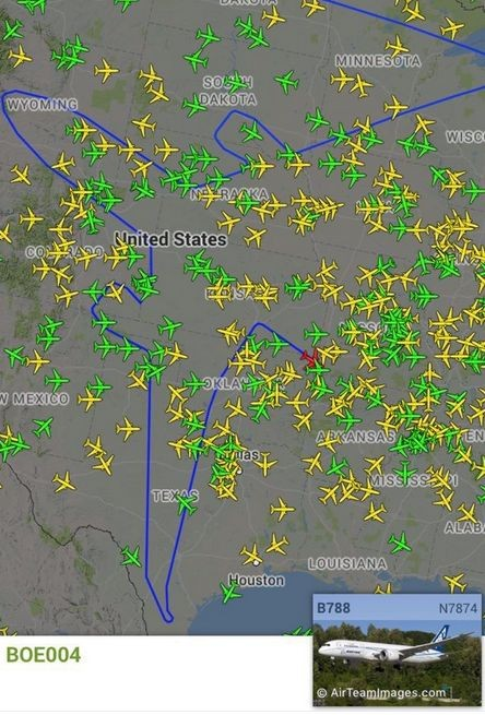Необычный маршрут самолета (2 фото)