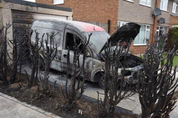 Англичанин, боровшийся с сорняками паяльной лампой, устроил пожар (3 фото)