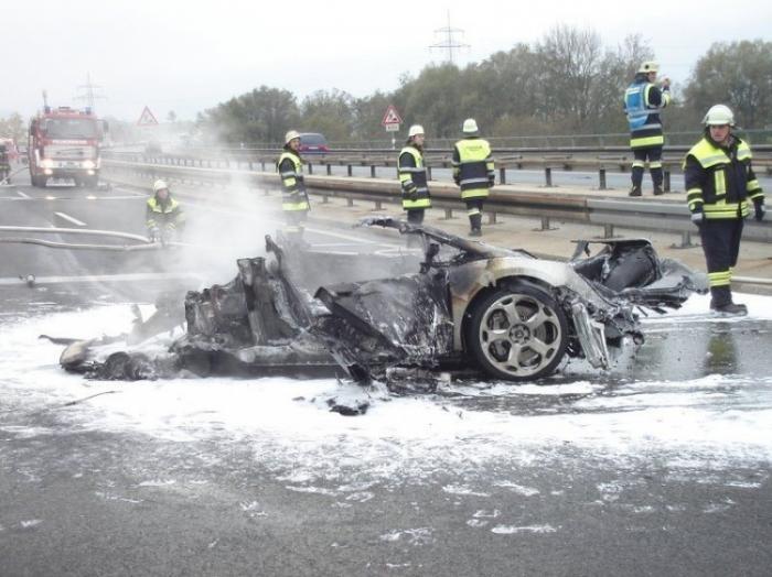 Что происходит с Ламбой при аварии на автобане (3 фото)