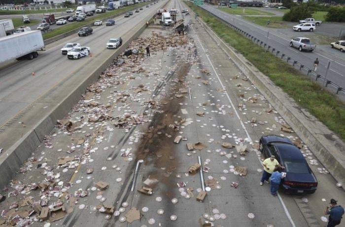 Сотни коробок с пиццей на трассе в Арканзасе (2 фото)