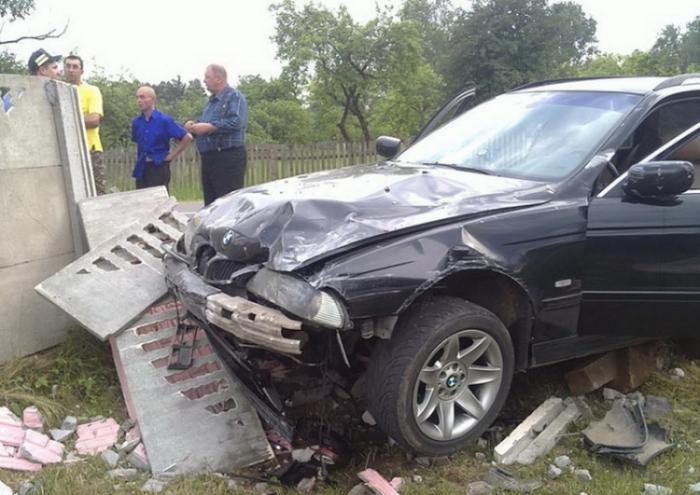 Сотрудники автомойки разбили автомобиль клиента (4 фото)