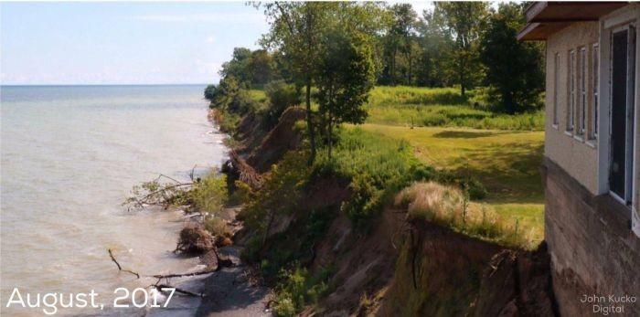 Главный недостаток домов у моря (2 фото)
