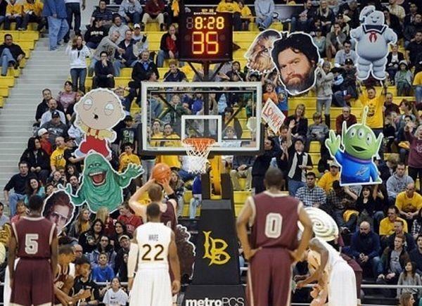 Как отвлекают баскетболистов (13 фото)