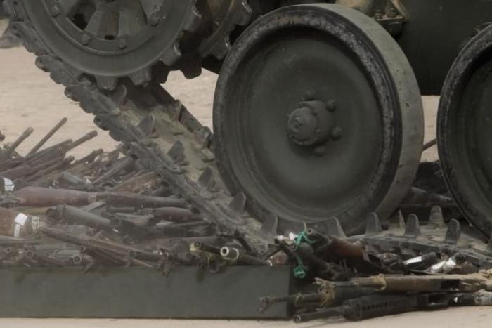 Уничтожение редких Калашниковых (5 фото)