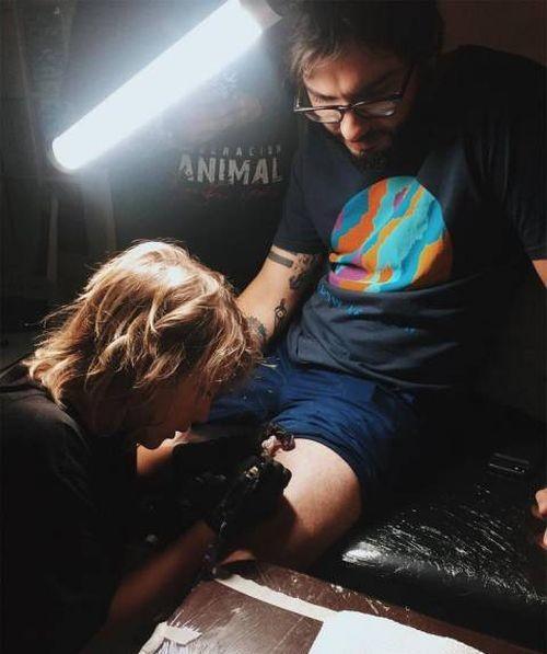 Эзра Дормон - юный тату-мастер из Панамы (8 фото)