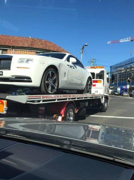 Богатый - не значит умный: клетка для Rolls-Royce не помогла (2 фото)