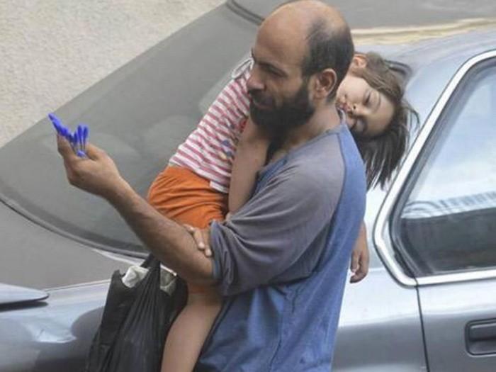 Беженец продавал шариковые ручки на улице, все изменило одно фото ( 8 фото)