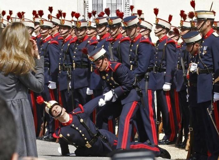Церемониальные и парадные обмороки (22 фото)