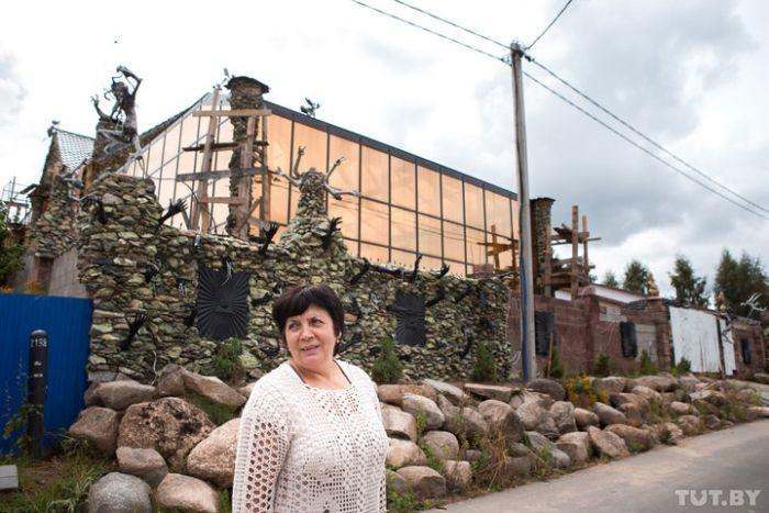 Под Минском бизнесмен построил дом с чертями (16 фото)