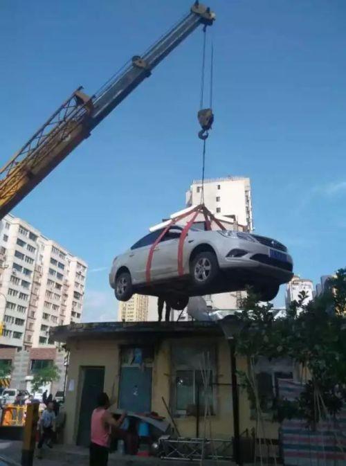 Жильцы дома проучили автоледи за наглую парковку (4 фото)
