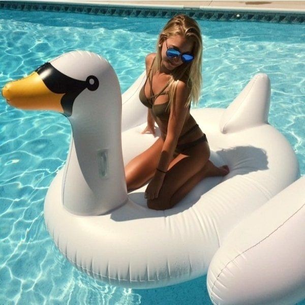 Девушки у бассейна (25 фото)