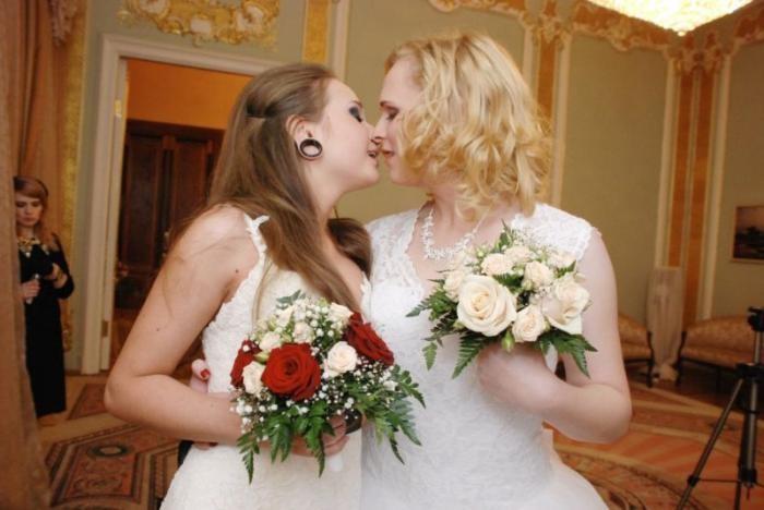 В питерском ЗАГСе две невесты законно сочетались браком (13 фото)
