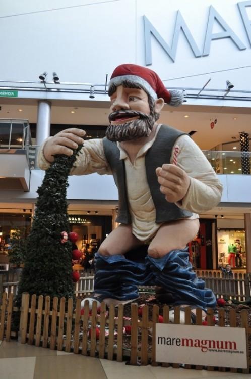 Необычный санта в испанском торговом центре (4 фото)