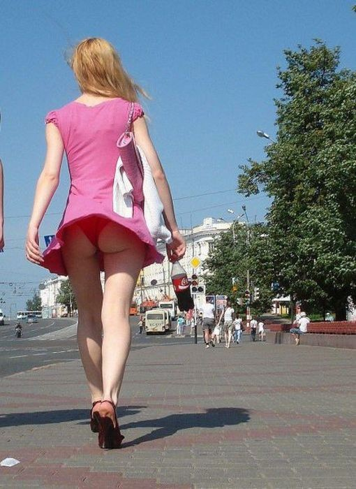 Рыбалка, отдых на природе, шашлыки - все это хорошо, но девушки в коротких юбках - одна из основных причин любить жару