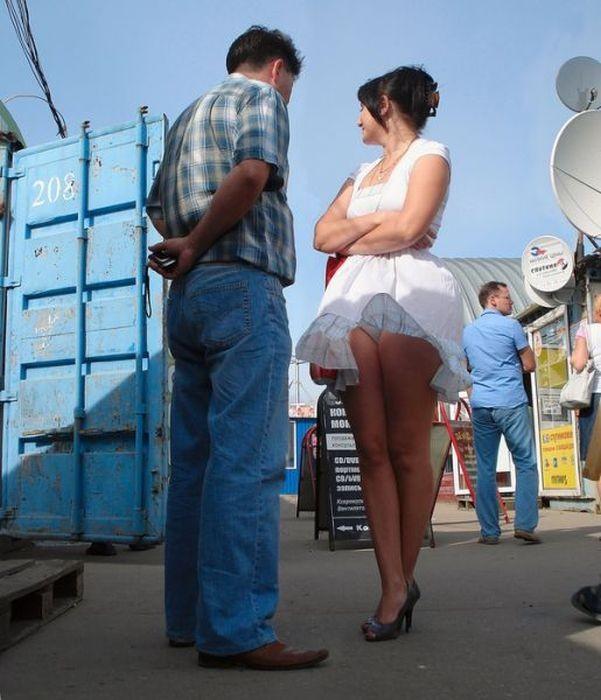 Очаровательные девушки в коротких юбках наклониться, поймать, неаккуратно, только, подтверждением, стоит, порыв