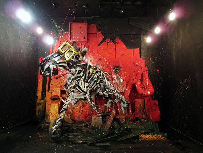 Потрясающий стрит-арт, сделанный из мусора (19 фото)